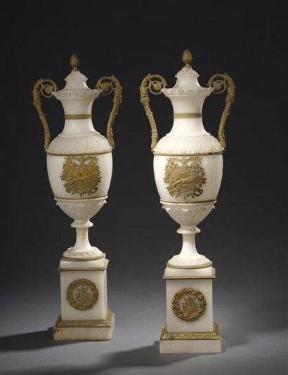 Paire de vases couverts en albâtre, bronzes...