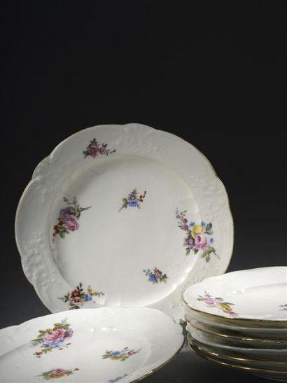 Sèvres, XVIIIe siècle, 1760-1761 Huit assiettes en porcelaine tendre à décor polychrome...