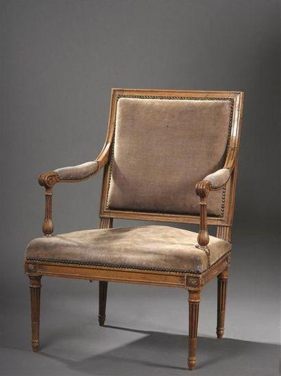 Grand fauteuil en hêtre mouluré, estampillé...