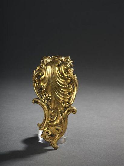Agrafe en bronze ciselé et doré à décor feuillagé...