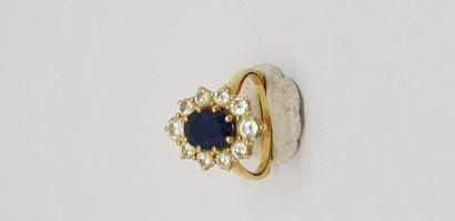 BAGUE en or jaune 750MM ornée d'un saphir ovale dans un rang de dix diamants, poids...