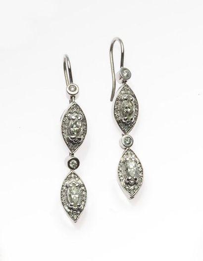 Pendants d'oreilles en or gris, 750 MM, chacun orné de deux diamants taille navette...