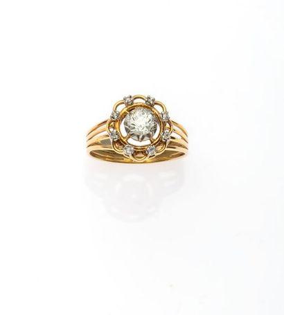BAGUE en or jaune 750MM et platine centrée d'un diamant taille ancienne pesant 0,30...