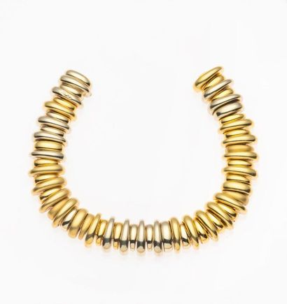 POMELLATO, Bracelet formé de de mailles en or jaune lissé, or gris lissé et or jaune...
