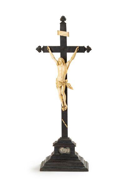 Crucifix-reliquaire en bois noirci ; le Christ...