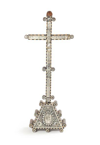 Crucifix en bois et nacre à décor de fleurons,...