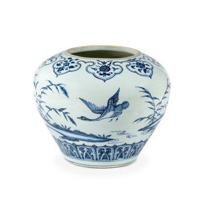 CHINE  Jarre Guan en porcelaine décorée en...