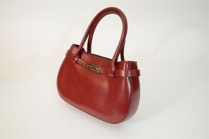 Petit sac en cuir rouge carmin de la marque...