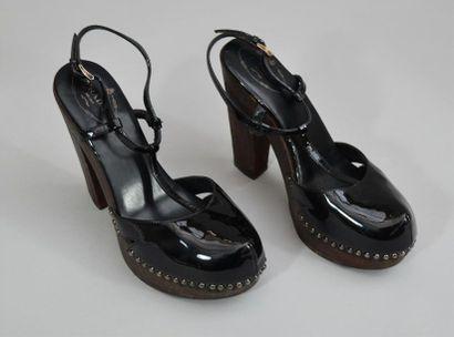 PRADA : Paire de chaussure vernies noires...