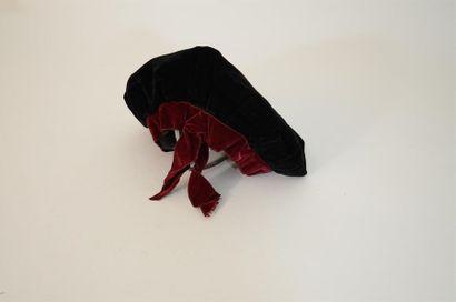 Chapeau en velours noir, et galon de velours...