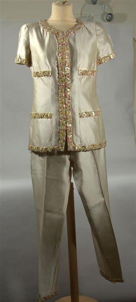 CHANEL BOUTIQUE: Tailleur pantalon en satin...