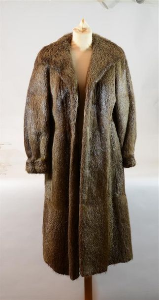 SPRUNG FRERES : Long manteau en ragondin...