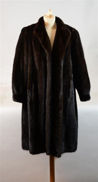 MADELEINE GUERIN : Long manteau en vison...
