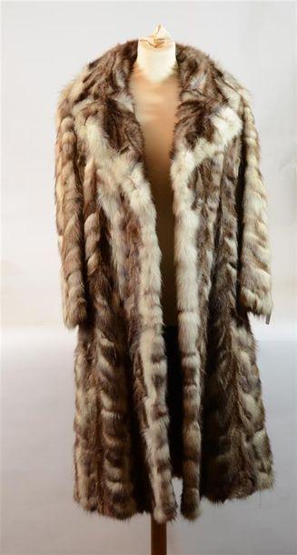 Long manteau en fourrure blanc et beige