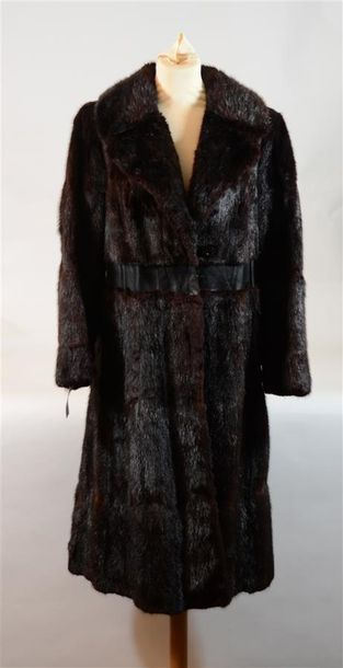 Long manteau en vison brun griffé M. Litrine...