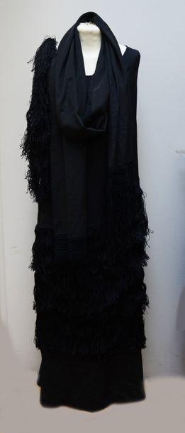 Robe du soir en crêpe de soie noire ornementée...