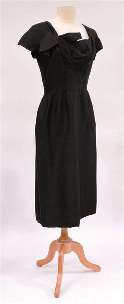 ANONYME : Robe en lainage noire avec noeud...