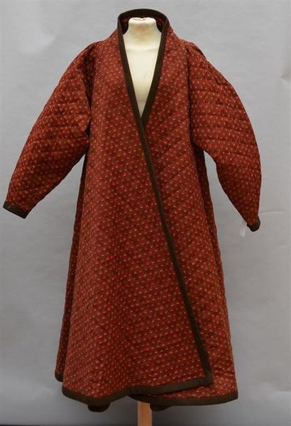 ANONYME : Large manteau en lainage matelassé...