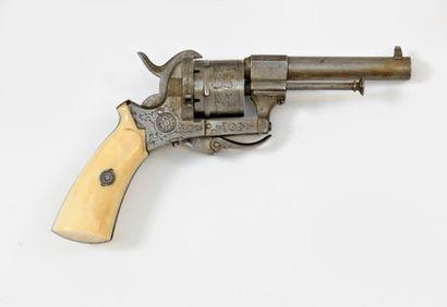 Petit revolver type Lefaucheux.  Barillet...