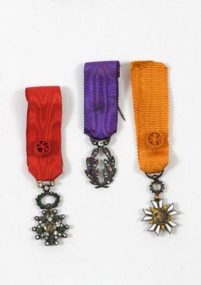 Trois croix miniatures, avec leur ruban:...