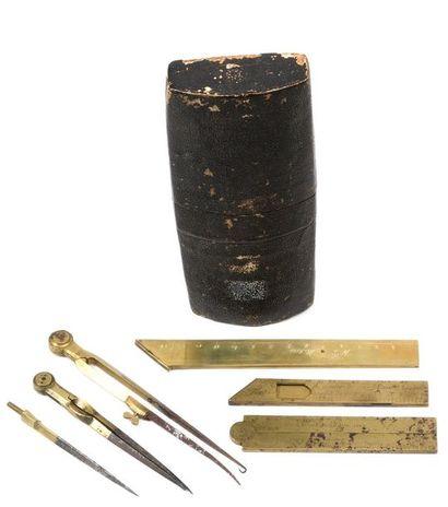 Nécessaire de géomètre militaire dans sa boite en vélin noir. Le nécessaire est...
