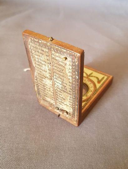 Cadran solaire du XVII XVIIème siècle en bois à décor de feuillages. Au dos on peut...