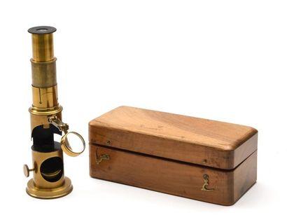 Petit microscope en laiton dans sa boite d'origine et ses accessoires (pince, objectifs,...