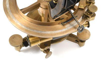 Tachéomètre Richer ou théodolite en laiton. Ensemble complet, avec accessoire (poids,...