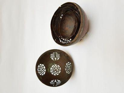 Boule chinoise XIXème siècle ouvragée pour ombres chinoises avec son mécanisme en...