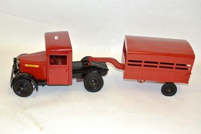 RENAULT camion Renault bétaillière, rouge...