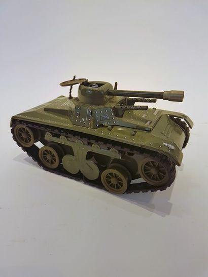 JOUSTRA un char en tôle lithographiée, mécanique,...