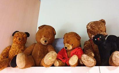 Ensemble de quatre grands ours en peluche...