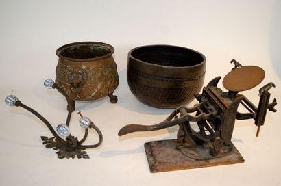 Varia: deux caches pots en cuivre, un porte...