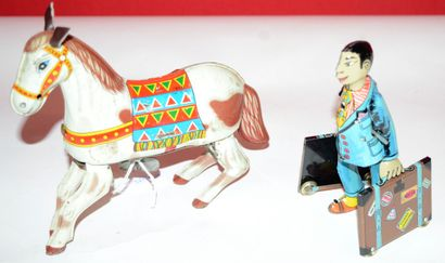 Deux jouets mécaniques en tôle:  Paya: voyageur...