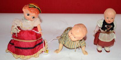Ensemble de deux poupées et un baigneur:...