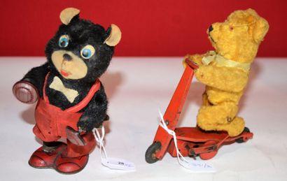 Deux ours mécaniques. L'un noir agitant les...