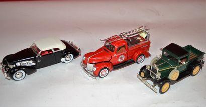 Lot de 3 voitures au 1/32ème  -Signature...