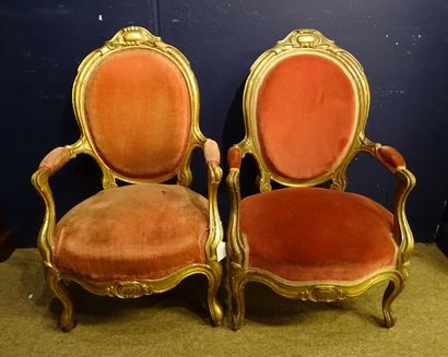 Meuble: paire de fauteuils dorés de style...