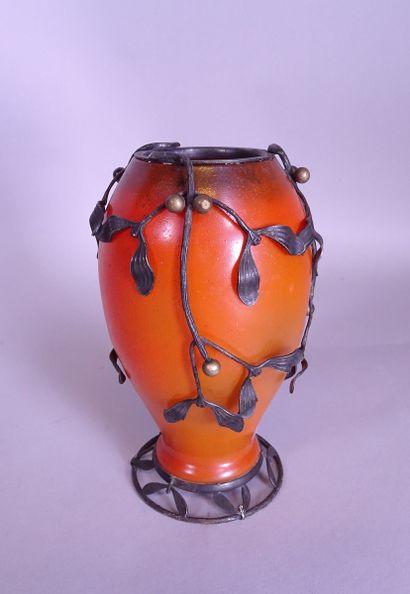 Verrerie: vase en verre de couleurs signé...