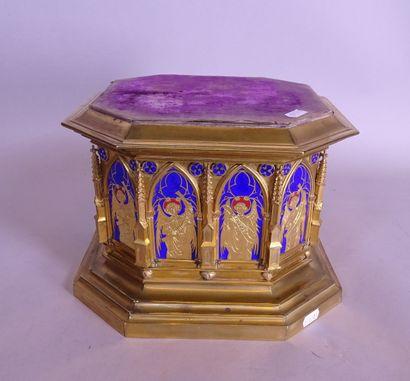 Objet: socle néo-gothique en métal doré médaillons...