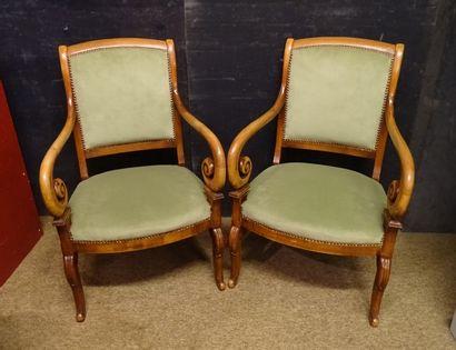 Meuble: Paire de fauteuils Charles X en merisier...