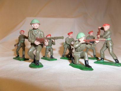 CRESCENT-TOYS : (7) soldats en plastic, EN...