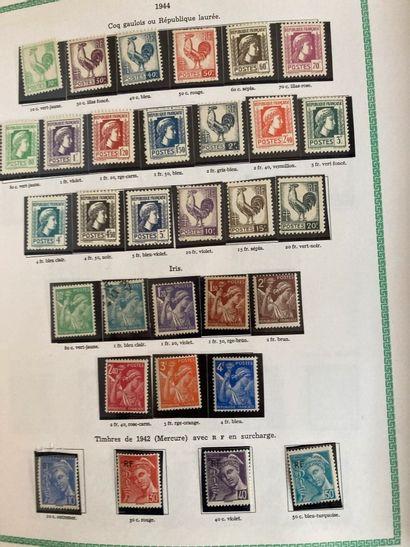 Deux classeurs de timbres