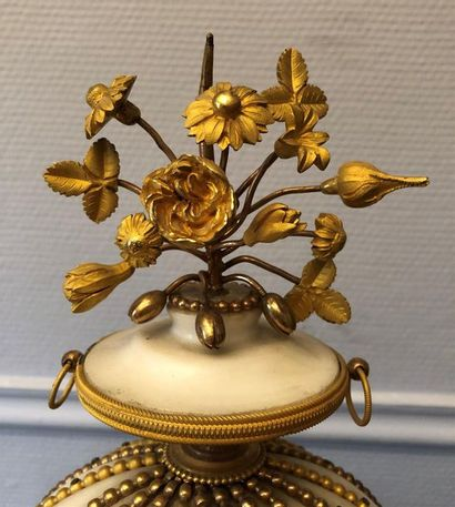 """Pendule """" À la Montgolfière """" en marbre blanc et bronze doré, le cadran marqué Henri..."""