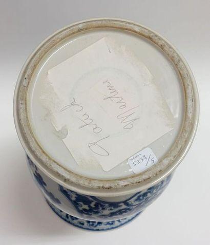CHINE - Époque KANGXI (1662-1722). Vase de forme cornet en porcelaine décorée en...