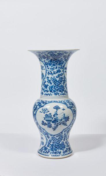 CHINE - Époque KANGXI (1662-1722). Vase de...