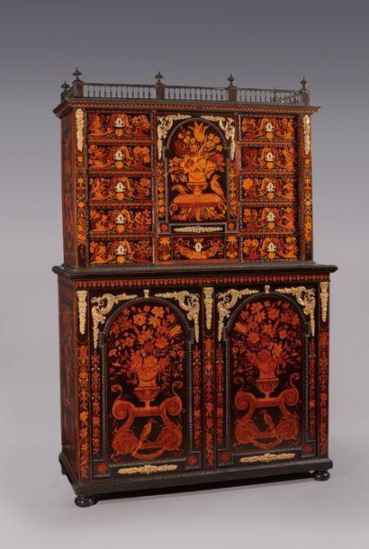 Cabinet en marqueterie de bois teintés à...