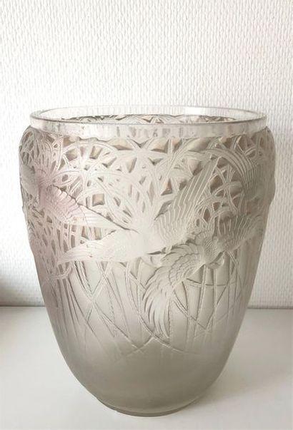 René LALIQUE (1860-1945). Vase Aigrettes (1926). Épreuve en verre blanc moulé pressé...