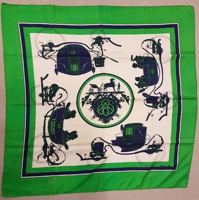 HERMES Paris Carré en soie imprimé, décor de calèches, bordure verte Bon état