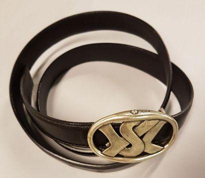 Lot de 4 ceintures ; une en cuir noir et boucle métal YSL; une en cuir noir et bakélite noir YSL; une avec boucle strass LANVIN; une en cuir beige YSL Rive gauche